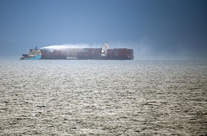 Impresionante incendio en súper buque cerca de EE.UU: alarma por el gas tóxico